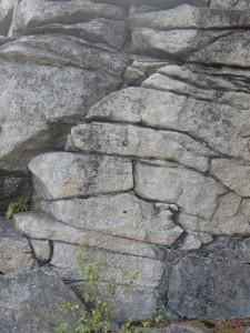 Mehrfach gespaltener Granitblock