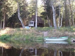 Ferienhäuschen am Fluss