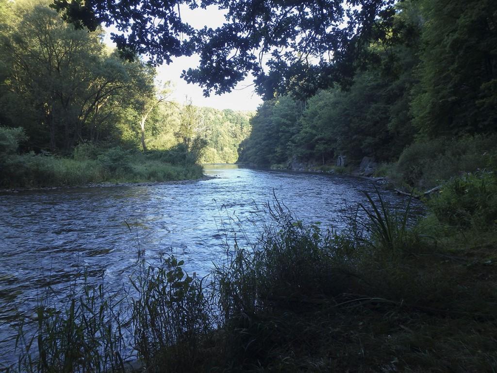 Die Sonne kommt den Fluss herauf
