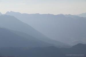 Berge im blauen Abenddunst
