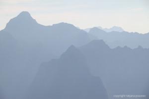 Berggipfel im blauen Abenddunst