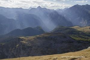 Streiflicht zwischen den Berggipfeln