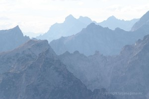 Berggipfel im Dunst