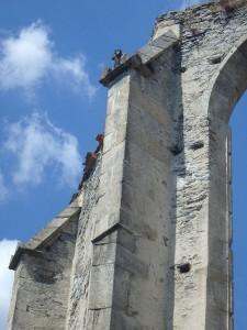 Eine stattliche Kirchenruine mitten im Nirgendwo