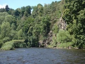 Unter den Felswänden lagen meist Steine im Wasser...