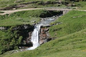 Kleiner Wasserfall bei der Alp Anarosa