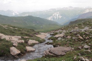 Bächlein mit Bergpanorama