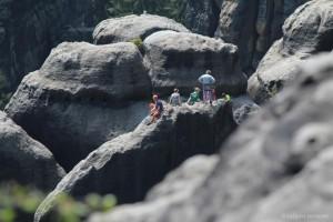 Klettere waren wie Ameisen überall an den Felsen unterwegs