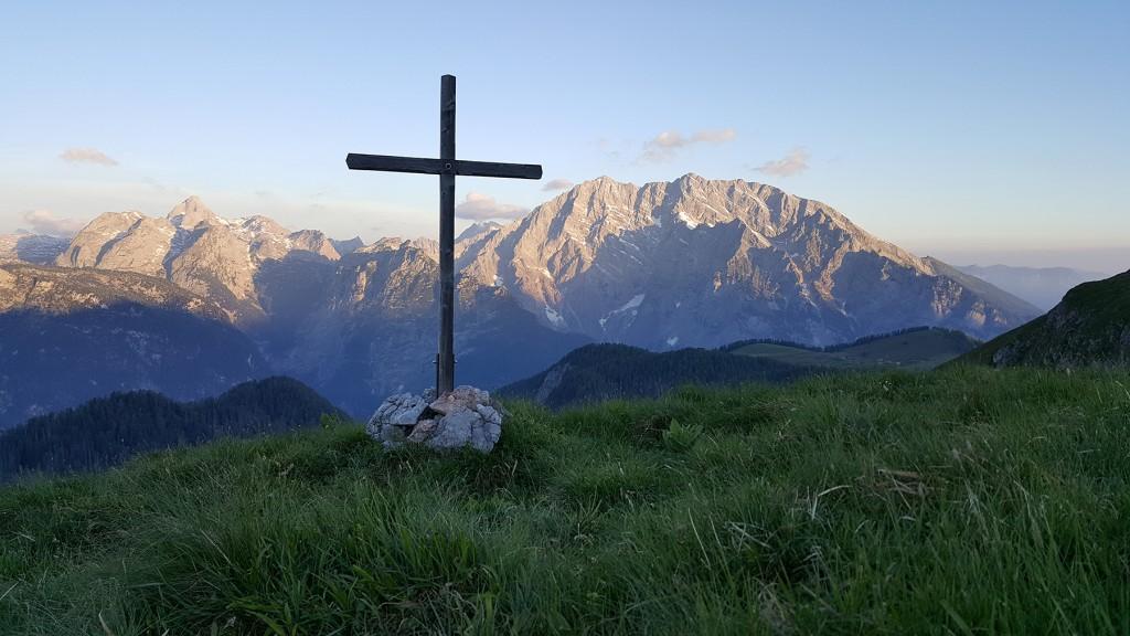 Sonnenaufgang. Das Gipfelkreuz vor dem Watzmann.